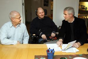 Leif Jonsson och Stefan Sundin lyssnar när Anders W Jonsson presenterar regeringens beslut.