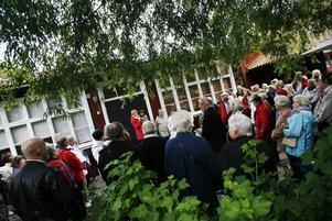 Helena Nordqvist passade på att berätta om sitt hem Rektorsgården när stadsvandringen kom på besök.