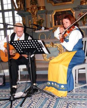 Gla'musikstipendiaten Susan Reistad, Alfta, och hennes spelkompis Bertil Westlund från Bispgården stod för huvuddelen av programmet när årets kultisfestival invigdes i Hallens kyrka.Foto: Kjell Ahnfelt