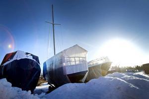 VÄNTAN. Vintern regerar fortfarande i Fliskärs småbåtshamn.