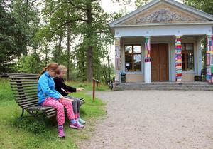 Sara Norrby och Märta Dahlsten har fått lära sig att tälja under lägret.