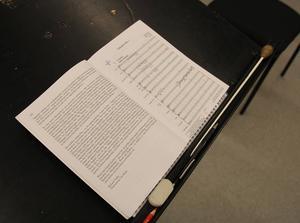 Noter och den viktiga dirigentpinnen ligger klara och väntar på Magnus Larsson.