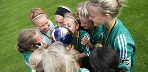 Segerkyssen. IK Frankes F98-lag  vann sjumannaqfinalen i Aroscupen. Det firades med en segerkyss.