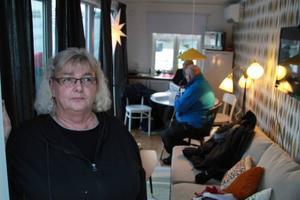 Hyresgästföreningens Anne-Christine Strömberg, Östersund, demonstrerar den etta på 15 kvadrat som just nu finns på Stortorget i Östersund. Den manar till eftertanke utifrån ungdomars boendebehov som i dag inte alls tillgodoses.Foto: Per Hansson