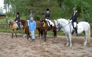 Segerlaget från Leksands Ridklubb. Från vänster Elsa Tidigs, Fatima Palmcrantz, lagledaren Anneli Tidigs, Emma Danielsson och Hilda Nääs. Foto: