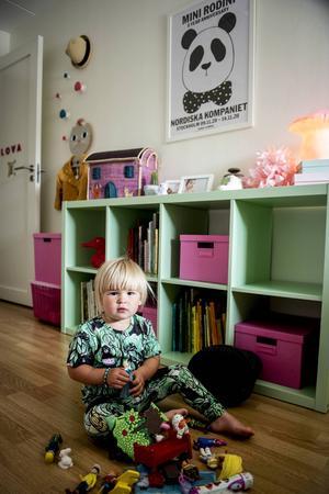 Lova gillar sitt rum. Den mintgröna hyllan rymmer mycket förvaring.