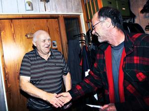 """Anders Holm, till vänster, ringde till Gefle Dagblad när han läste insändaren av signaturen """"Arne"""". Han hade tagit hand om pengarna som någon glömt i bankomaten vid Valbo köpcentrum så i går kunde Arne Karlsson hämta sina 4 500 kronor."""