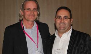Priset delades ut av professor Johan Bratt, till vänster, ordförande i Svenska Reumatologföreningen. Milad Rzik till höger.