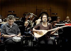 VACKERT. Destine Cicek spelar en turkisk melodi på instrumentet saz tillsammans med Jwan Hajo på instrumentet derbuka.
