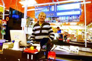 Arne Evertsson brukar ses i kassan i någon av sina livsmedelsbutiker men snart kommer han även att ses i kommunfullmäktige.