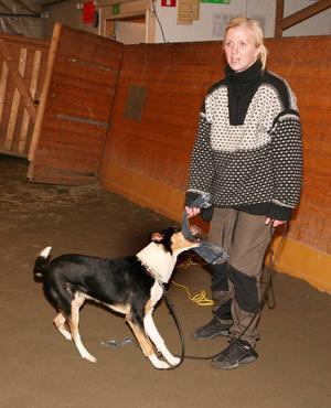Jennifer Dahlén, Strömsund, var en av ledarna när brukshundsklubben genomförde en av sina träffar i ridhuset i söndags. Här med sin hund Midas.