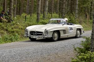 En av tävlingens mest exklusiva bilar, Mercedes 300 SL, Lars-Erik Larsson och Marie Valentin, tävlande för arrangörsklubben KAK.