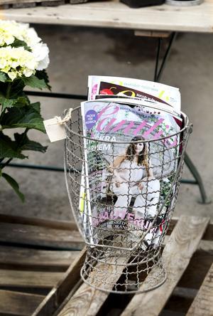 Korgen i form av en urna (229 kronor) passar lika bra till tidningar som till en krukväxt. Finns hos Bleke blommor.