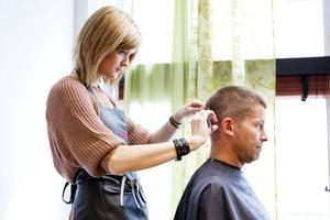 STEG 1 – FRISYRENDet var längesedan Magnus Edström var hos frisören. Span tar honom till Pernilla Silén på 1 Strå Vassare och avslöjar att han ska få håret färgat.– Det har jag aldrig gjort tidigare, jag har accepterat de gråa håren. Jag hade aldrig kommit på tanken själv men vi kör! Det blir intressant och kul, säger Magnus Edström medan Pernilla penslar i den bruna hårfärgen.Efter att färgen sköljts ut och Magnus Edström fått sitt hår tvättat är det dags för klippning. Därefter stajlar Pernilla håret med lite fibervax.– Det känns faktiskt inte jättetokigt, hårfärgen ser ut som den jag hade innan de gråa håren började komma. Och frisyren är mer välansad än på många år!