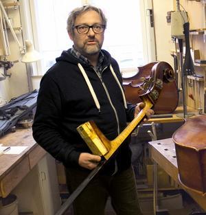 Violinbyggarmästare Claes-Göran Klockar har drivit Violinateljén i snart 30 år.
