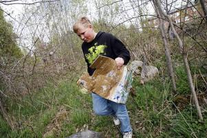 Olle Zetterström plockade skräp åt projektet Rena Gävle utanför Bergby Centralskola.