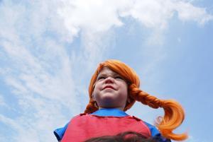 Jag tog en bild på min dotter Hermine utklädd till Pippi Långstrump när hon satt på mina axlar vilket gav ett annorlunda perspektiv.