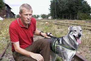 Sten-Olov Olsson med sin jämthund Majja var först ut. Sten-Olov har nyligen köpt sin hund och ville se om Majja skäller på älg eller björn. Hon skäller i alla fall på björn.