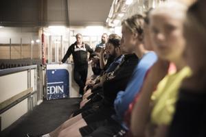 Både damerna och herrarna var samlade för den gemensamma träningen och teorilektionen som Ida Ingemarsdotter höll under måndagskvällen i Svegs Ishall.