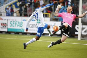 Norrköpings Tesfaldet Tekie försöker göra mål bakom Sundsvalls målvakt Tommy Naurin i matchen mellan IFK Norrköping och GIF Sundsvall. Här är hela schemat fram till omgång 20.
