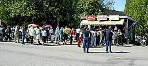Foto: LARSGÖRAN SVENSSON Lång kö. Folk kom i långa rader för att handla i kiosken för första gången på närmare två år.