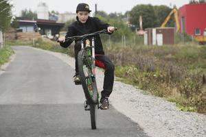 William Olsson tillbringar all ledig tid på sin cykel. Gärna på ett hjul.