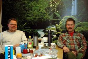 """VEMODIGT. Peter Söderlund och Kent Forslöf gör sin sista vecka som säsongsanställda i Brattfors. """"Det brukar alltid vara ett uppehåll på vintern, men det kommer att kännas konstigt att man inte ska tillbaka sen"""", säger Forslöf som säsongsjobbat här i 30 år."""