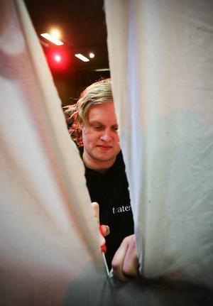 Thomas Wall Dahlberg både  regisserar och spelar med i två av pjäserna, här skär han upp en  villadörr i Malin Axelssons Blod på någons händer.