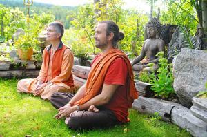 Tystnad är viktigt på Satyananda Yoga Center och flera timmar om dagen kan ägnas åt olika typer av meditation.