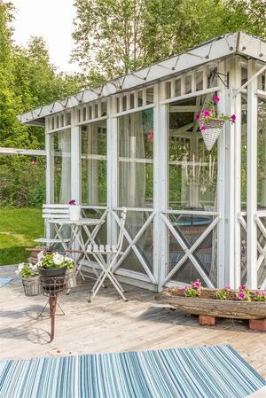 Lusthus i trädgården.