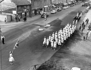 Parad längs Stora gatan på Svenska flaggans dag 1963.