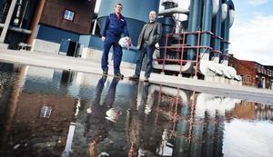 Vallviks Bruks vd Robert Jensen, till höger, och projektledare/driftsingenjör Tommy Sjöberg står på det som i dag är fabriksmark. Hösten 2011 ska här finnas en bioreningsanläggning, som mäter 12 meter i diameter.