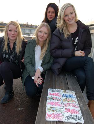 Dalaskalet UF är inte vilket skalbolag som helst. De fyra tjejerna Elln Simons, Stina Borgsgård, Michelle Borgh och Louise Morell har kommit på den den briljanta idén använda dalamotiv i kombination med den moderna tekniken. De fixar kurbitsmotiv på skal till I-phones