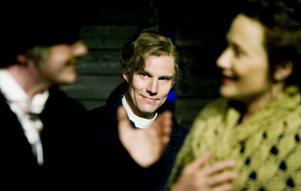 Anna (Kristina Thörnqvist) kan lättare kommunicera med den förvirrade August Strindberg (Martin Eliasson) än Nathan (Erik Ehn), som håller sig i bakgrunden.