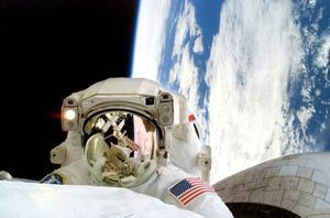 Linnehan gör underhållsarbete på den internationella rymdstationen ISS som syns i visirets spegling. Han spenderade denna gång dryga sju timmar utanför stationen som under tiden hann flyga 4,5 varv runt planeten på en höjd av 400 kilometer. Foto: Nasa