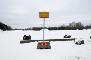 Igelsta strand. Skylten varnar för att området är förorenat.