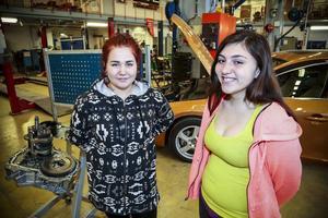 Sajla Dunfjell och Patricia Steck, poserar framför en lektionsbil från Volvo.