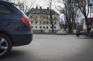 Här på parkeringen på Slottstorget såg ett vittne hur Ramin Sherzaj fördes in i en bil som sedan rivstartade. Två veckor senare hittades hans döda kropp utanför Sundsvall.