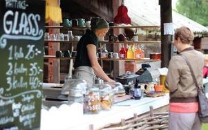 Det sjuder av liv på Café Nyfiket i Rättviks gammelgård. Varje vecka ordnas välbesökta kurser, konserter och temakvällar. Foto: Lisa Persson