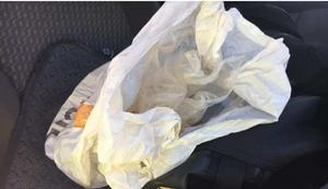 Amfetaminet hittades i en påse i en väska på passagerarsätet i bilen.