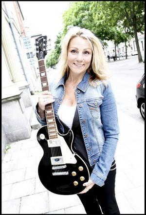 Lycklig vinnare. Maria Strand får träffa Slash och får dessutom en signerad gitarr.