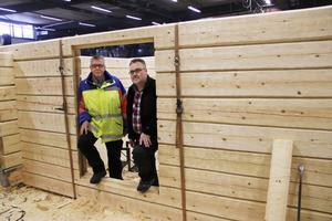Klas Eliasson, till vänster, och Bo Hedin i fondstyrelsen är mycket nöjda med kopian av getstallet, som byggts upp i Kläppa.