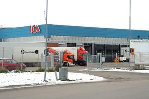 Icas lager i Borlänge – här jobbar flera hundra personer. Det finns fler arbetsplatser i området.