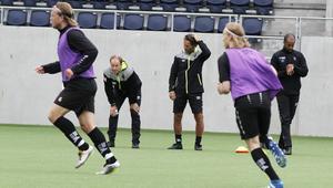 GIF i träning. Thomas Andersson, målvaktstränaren Urban Oscarsson och andretränaren Marcus Bengtsson håller koll och funderar.