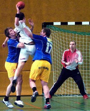 Kamp. MittDalarna-AIK blev en rackarns rysare. AIK:s hetare vilja gav säsongens viktigaste seger och garanti på allsvensk plats, med två spelomgångar kvar. Här stoppar dock Mikael Blom och Magnus Tongring i MittDalarna en AIK-spelares attack.