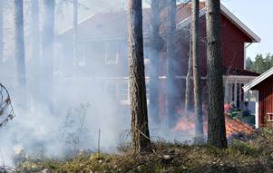 Brand i Röste i närheten av ett bostadshus.