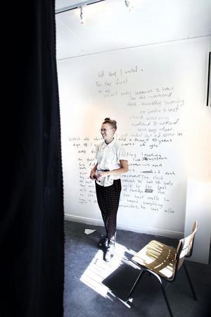Sara Lundberg & andras självporträtt på Galleri Lars Palm, juli, 2011.