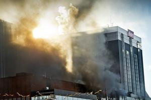 Branden på Åbyverken i oktober förra året fick stora konsekvenser för verket. Nu tror Eon att de vet varför det började brinna inne i turbinhallen.