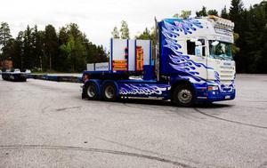 Lastbilen blir nästan overkligt lång när den är utvecklad i sin fulla längd.