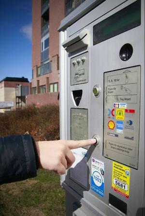 Sms-tjänsten, som enligt Finansinspektionen och Konsumentverket tar ut en olaglig extra avgift, finns inte på alla automater men är märkta om så är fallet.